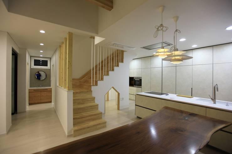 김해시 중목구조 주택: 블루하우스 코리아의  다이닝 룸
