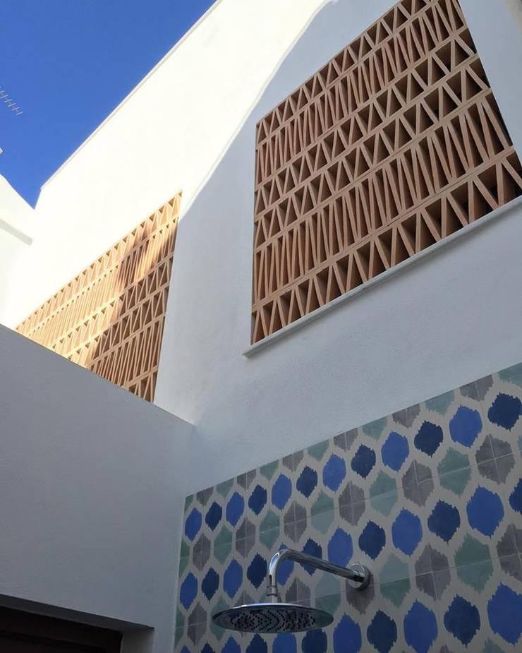 Ducha exterior: Terrazas de estilo  de claracabrera.ARQUITECTA