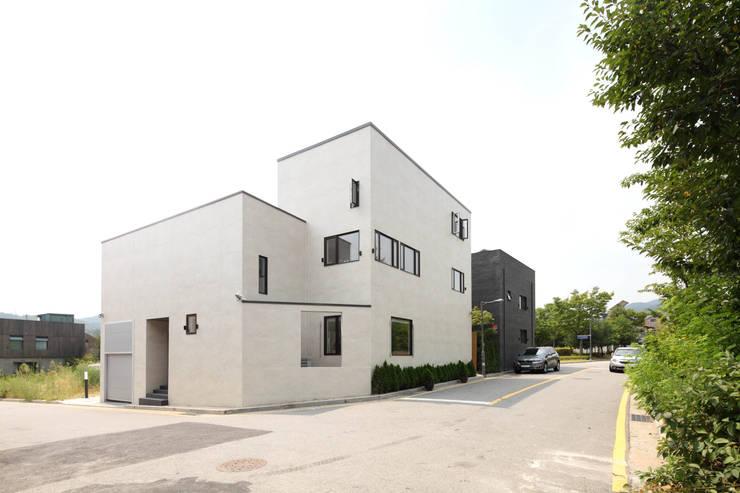 판교 중목구조 단독주택: 블루하우스 코리아의  주택