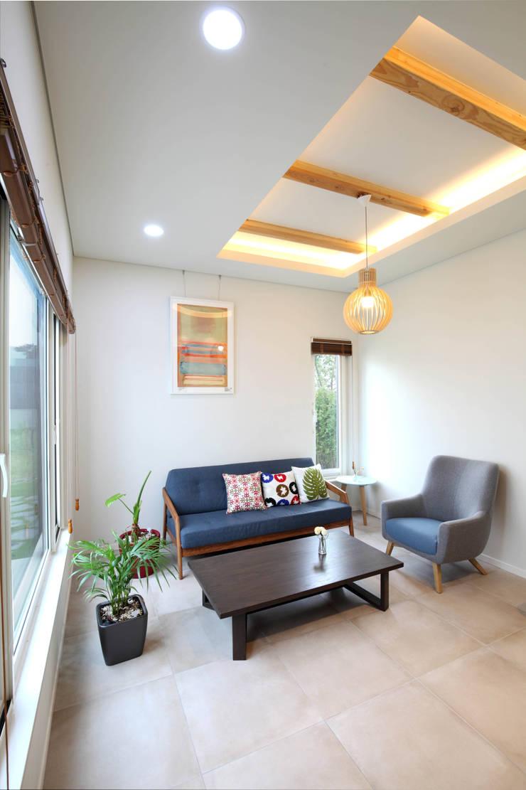 판교 중목구조 단독주택: 블루하우스 코리아의  서재 & 사무실,모던