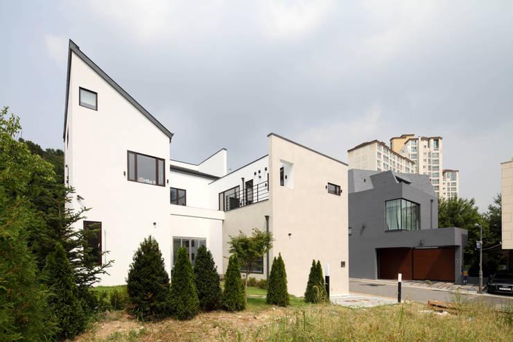 판교 중목구조 단독주택: 블루하우스 코리아의  주택,모던