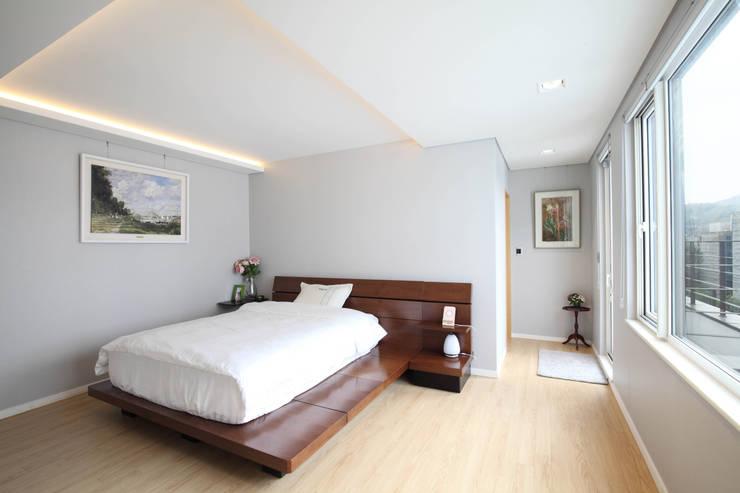 판교 중목구조 단독주택: 블루하우스 코리아의  침실,모던