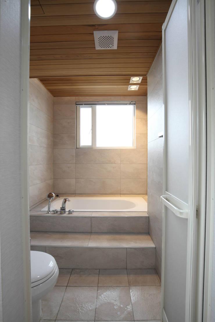 판교 중목구조 단독주택: 블루하우스 코리아의  욕실,모던