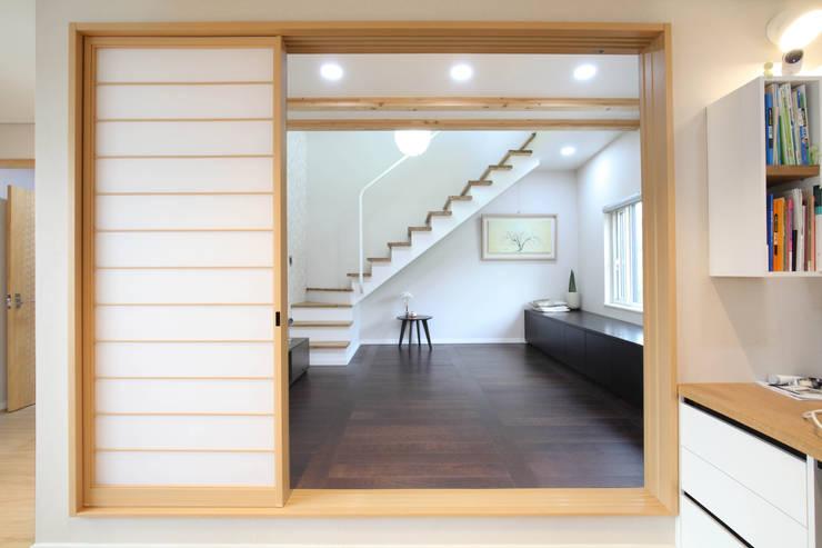 판교 중목구조 단독주택: 블루하우스 코리아의  문,모던