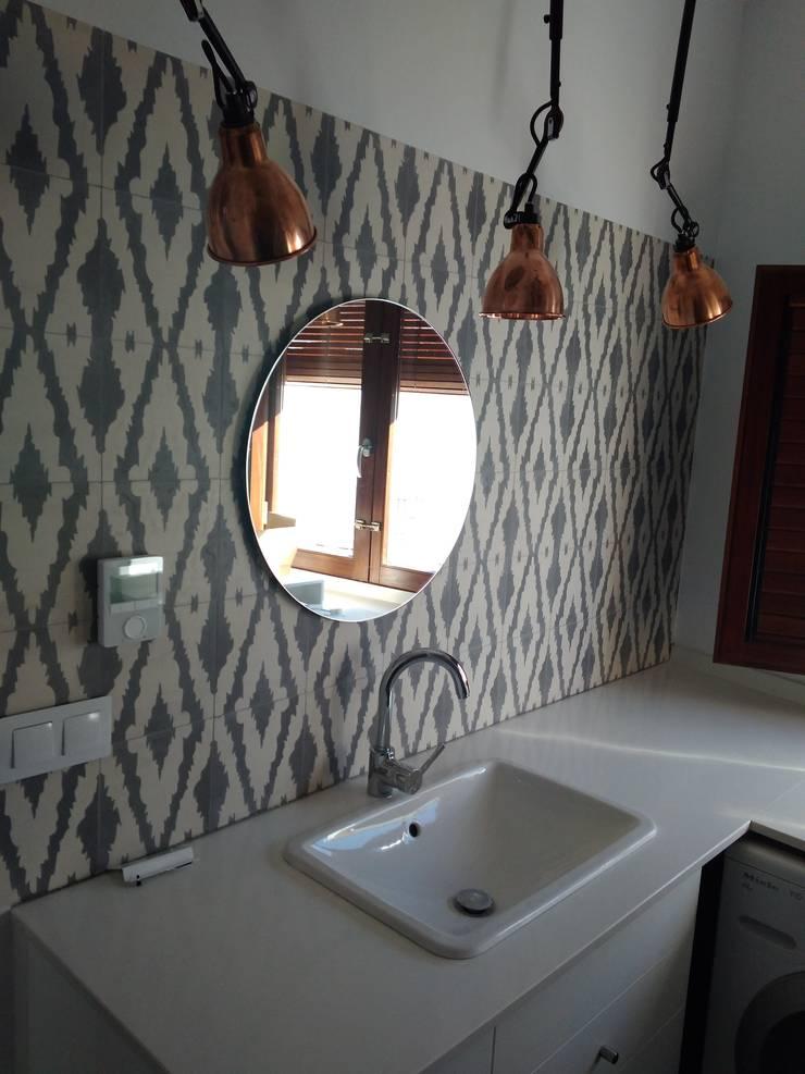 Baño secundario: Baños de estilo  de claracabrera.ARQUITECTA
