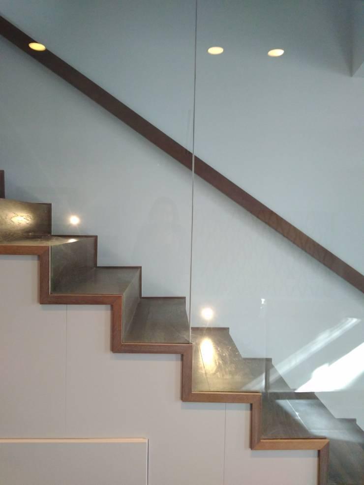 Escalera: Escaleras de estilo  de claracabrera.ARQUITECTA