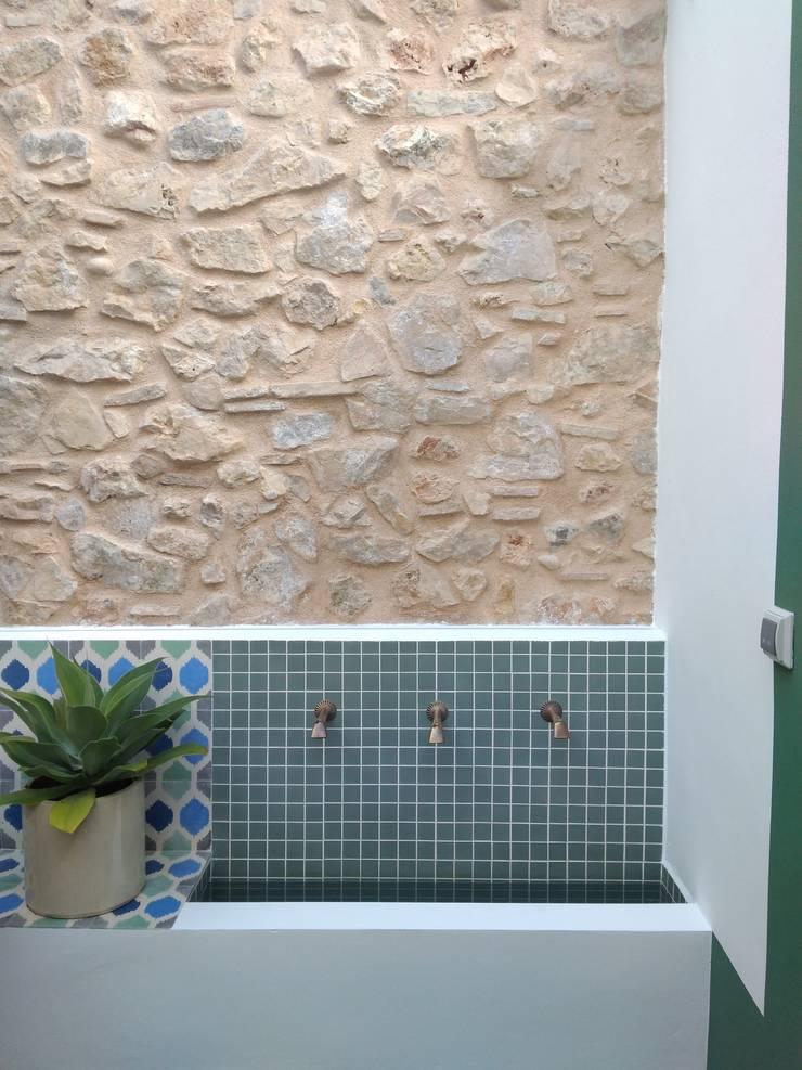 Fuente del patio: Terrazas de estilo  de claracabrera.ARQUITECTA