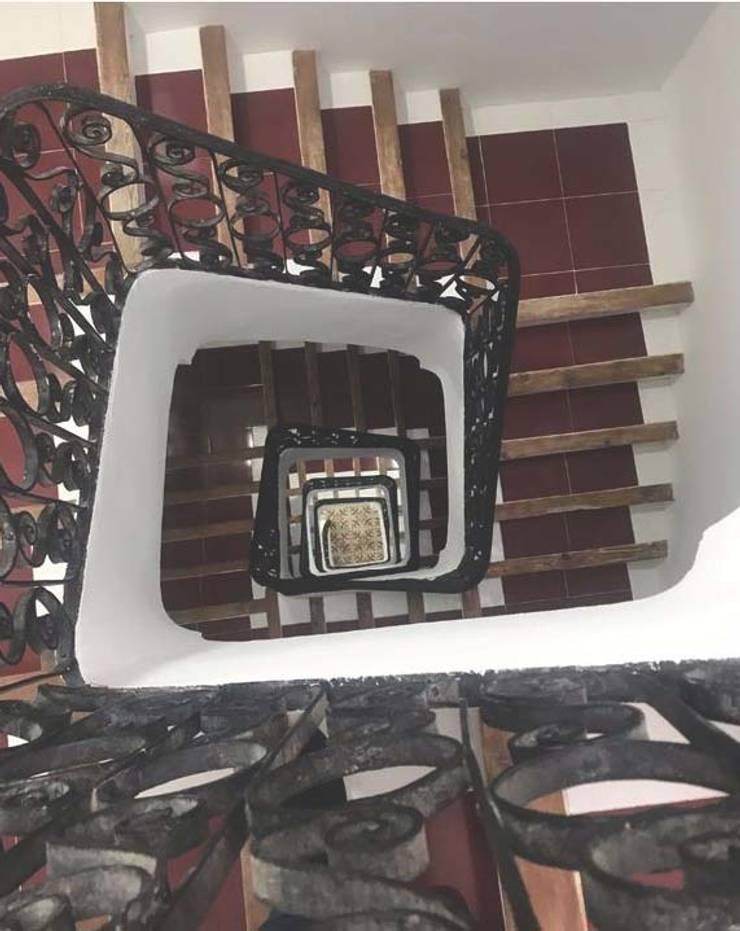 ESCALERA COMUNITARIA: Escaleras de estilo  de claracabrera.ARQUITECTA