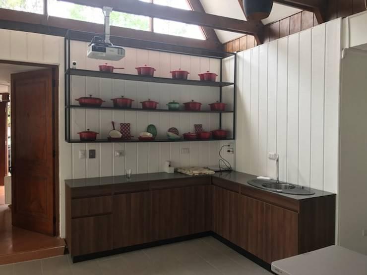 Habilitación casa para sala de ventas y capacitaciones: Cocinas equipadas de estilo  por JF Constructora