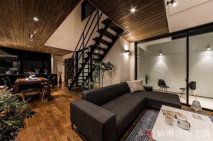 Living room by 納得住宅工房株式会社 Nattoku Jutaku Kobo.,Co.Ltd.