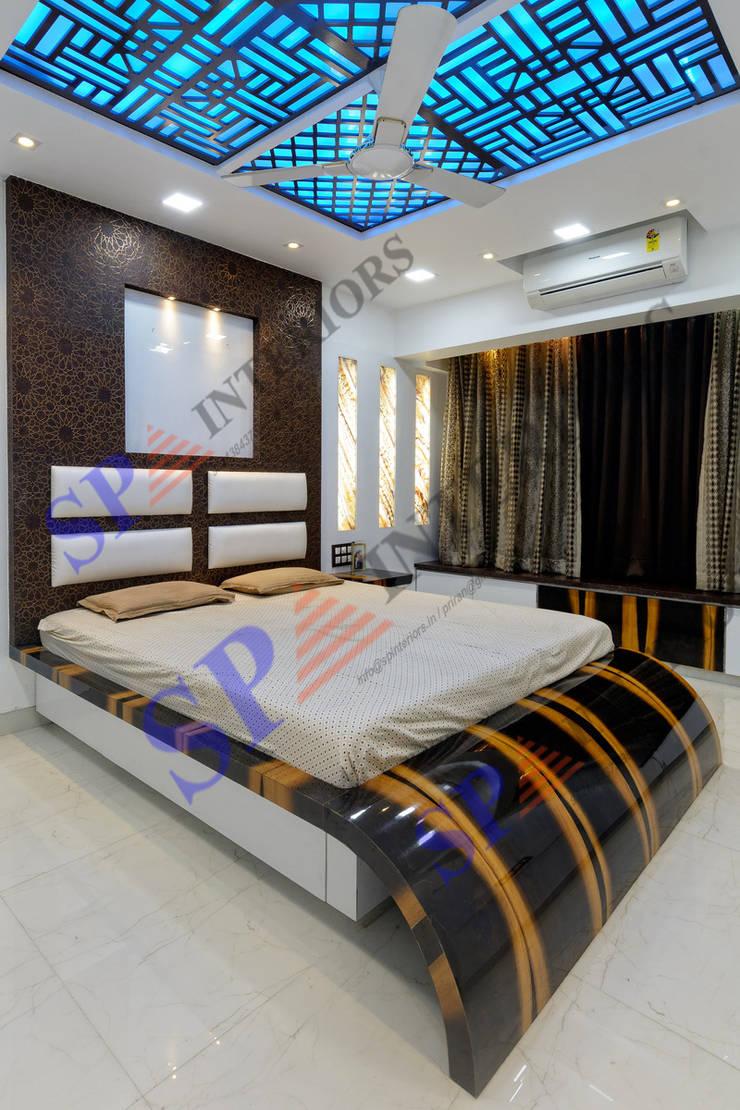 Mr. Rikin :  Bedroom by SP INTERIORS,