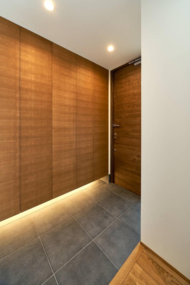 Couloir et hall d'entrée de style  par H建築スタジオ,