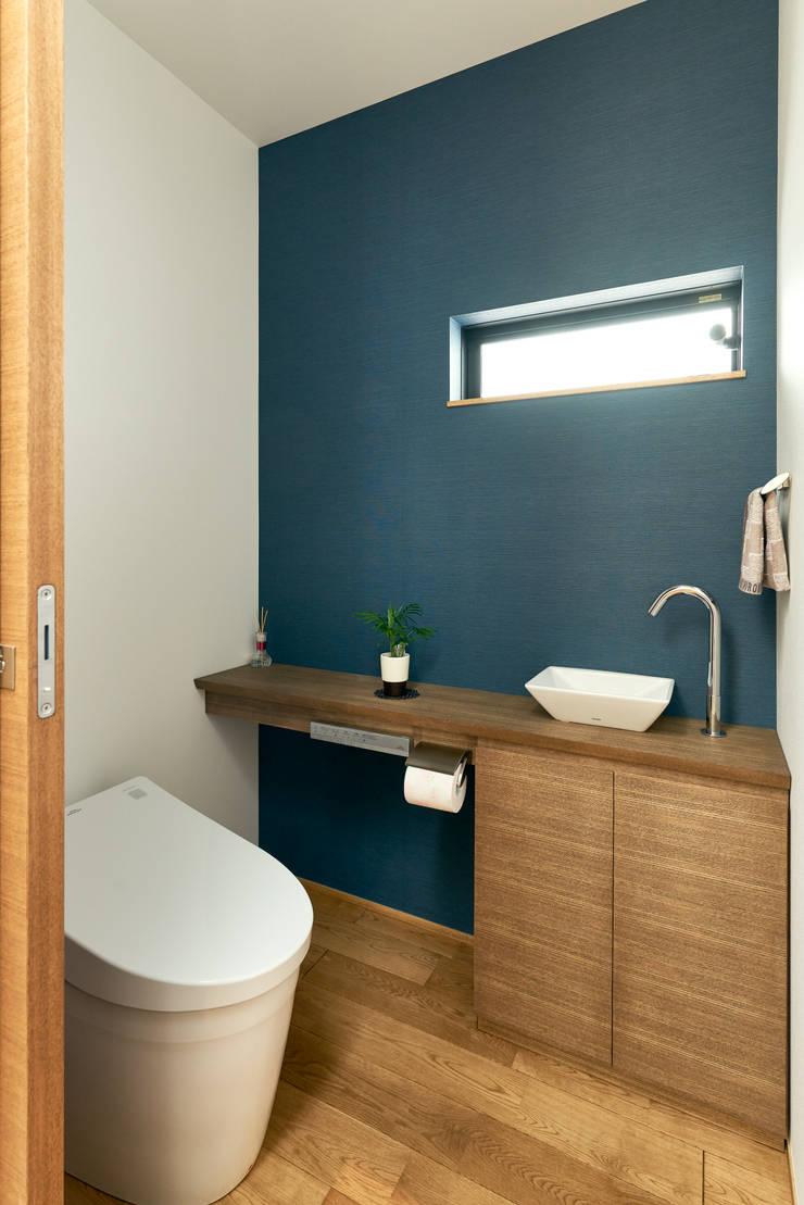 Salle de bains de style  par H建築スタジオ,