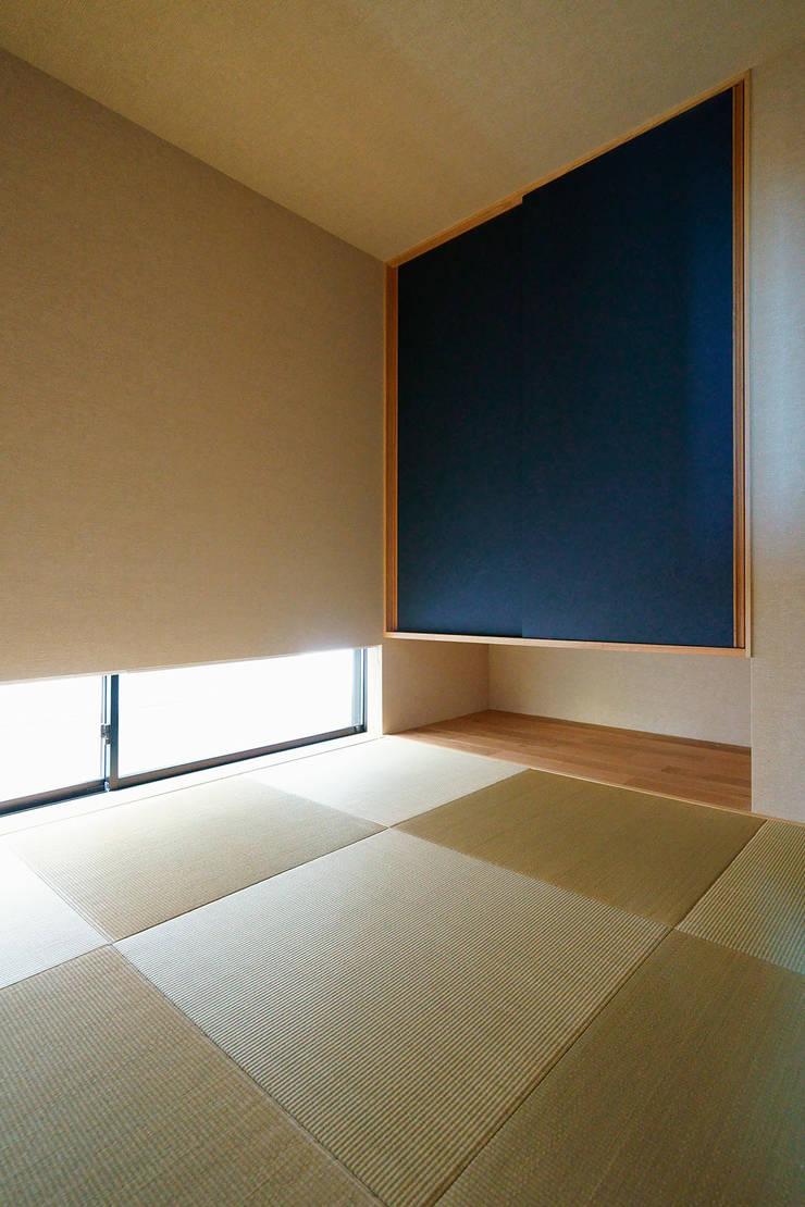 Salle multimédia de style  par H建築スタジオ,