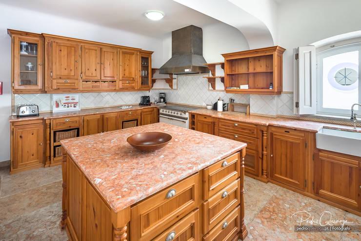 Cozinha em Madeira: Armários de cozinha  por Pedro Queiroga | Fotógrafo