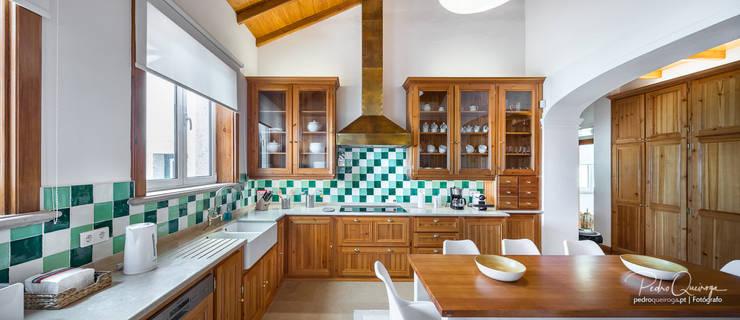 Cozinha Panoramica: Armários de cozinha  por Pedro Queiroga   Fotógrafo