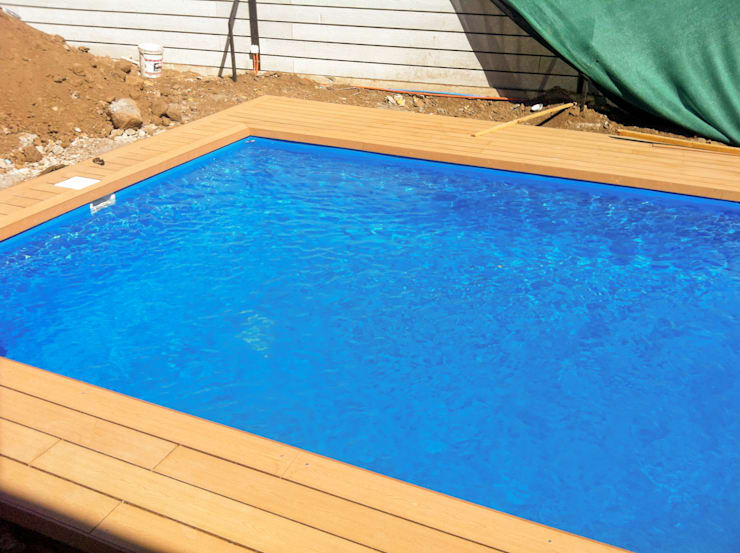 Vista de la parte profunda de la piscina: Piscinas de jardín de estilo  por Piscinas Espectaculares