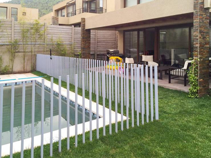 Piscina terminada con reja de proteccion para niños: Piscinas de jardín de estilo  por Piscinas Espectaculares