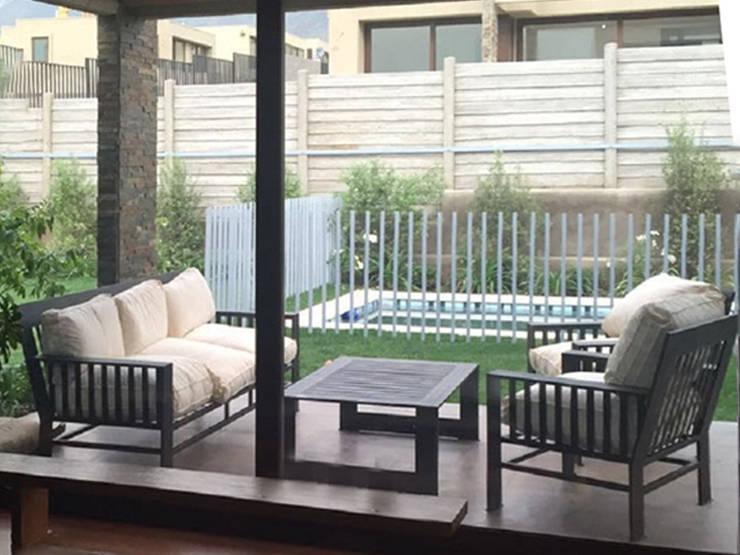 Vista desde el interior de la casa: Piscinas de jardín de estilo  por Piscinas Espectaculares