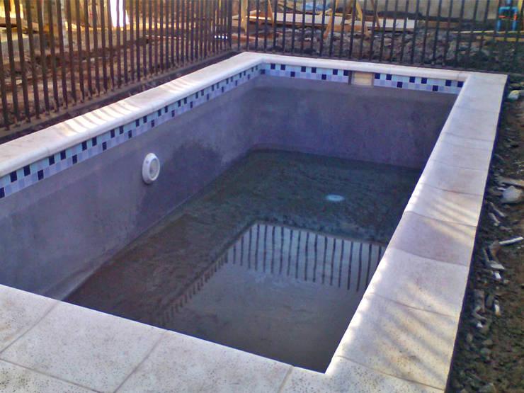 Comienzo proceso de llenado de la piscina: Piscinas de jardín de estilo  por Piscinas Espectaculares