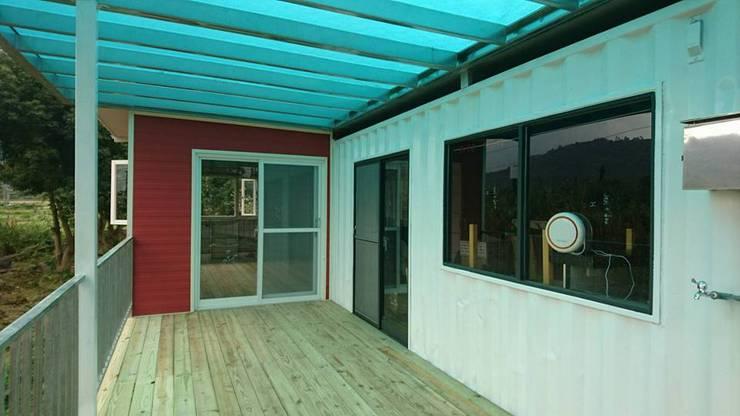 Dormitorios de estilo  de 花蓮和信貨櫃