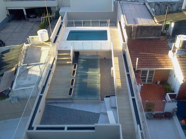 Terraza con pileta : Terrazas de estilo  por gatarqs,