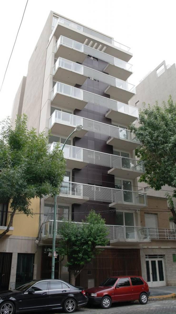 Frente: Casas multifamiliares de estilo  por gatarqs,