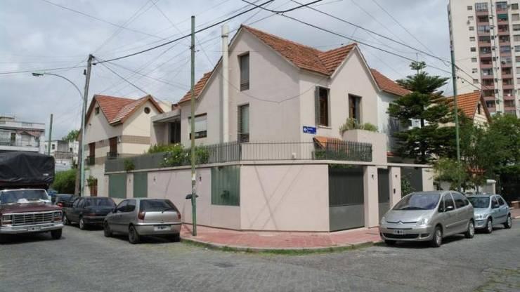 Fachada: Casas unifamiliares de estilo  por gatarqs