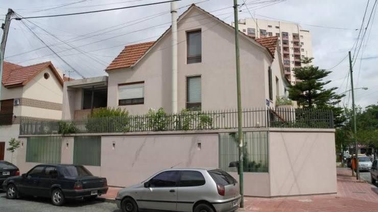 Fachada 2: Casas unifamiliares de estilo  por gatarqs