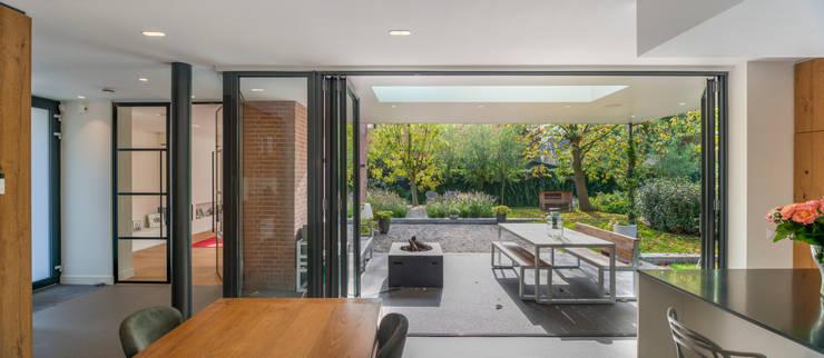 Woonkeuken en veranda: modern  door Architect2GO, Modern