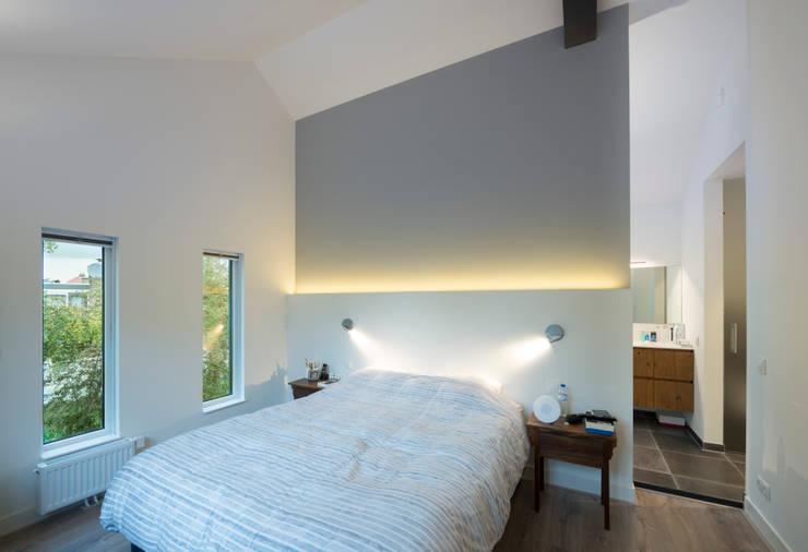 Master bedroom: modern  door Architect2GO, Modern