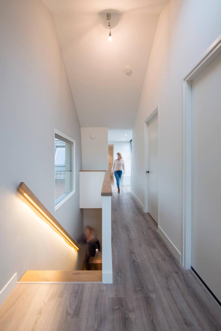 Trap in nieuwbouw:  Hotels door Architect2GO, Modern