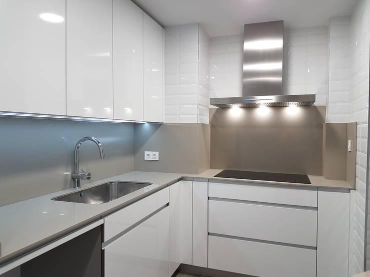 La reforma integral de una cocina blanca en madrid - Cocinas grises con encimera blanca ...