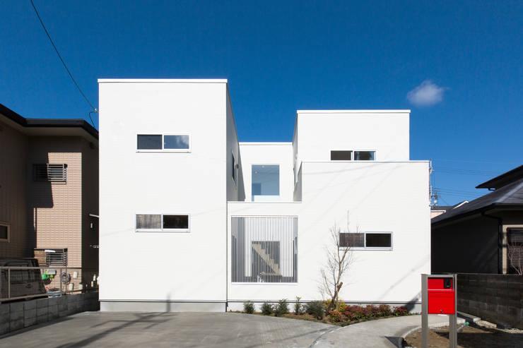中庭で家族がつながる家: コンフォート建築設計工房が手掛けたガレージ&小屋です。