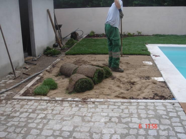 Moradia em Folgosa: Jardins  por Viveiros da Boa Nova, Lda