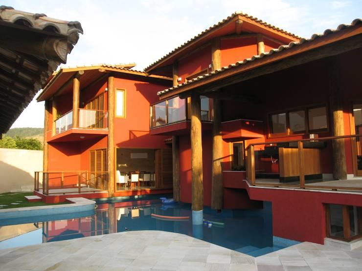Fachada da área da Piscina: Casas  por Maria Dulce arquitetura