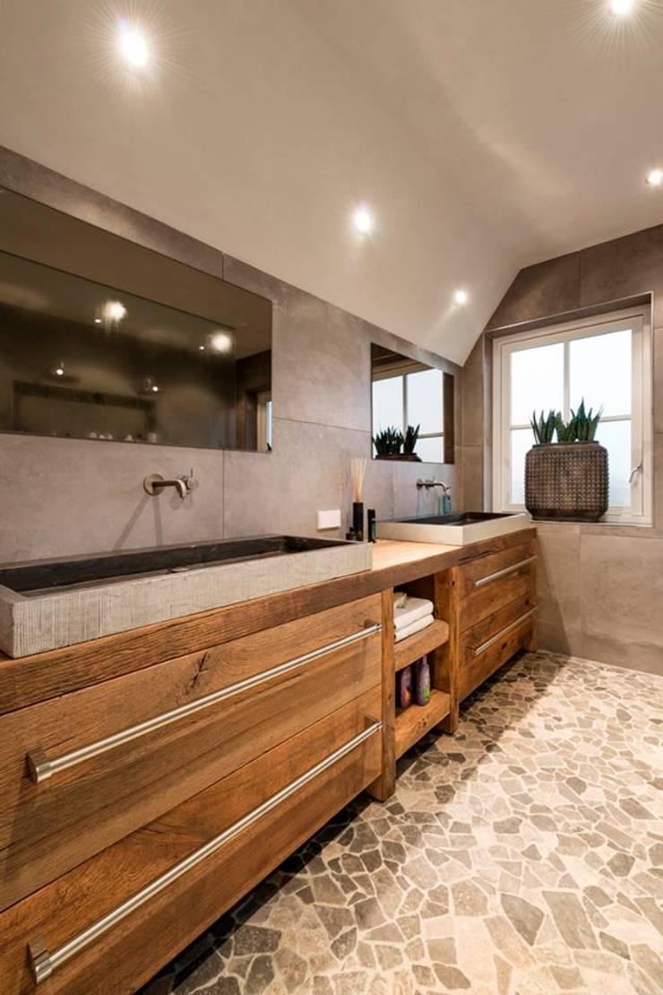Groot badkamermeubel van restyleXL:  Badkamer door RestyleXL, Landelijk Hout Hout