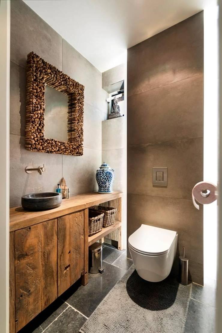 Badmeubel voor in de wc:  Badkamer door RestyleXL, Landelijk Hout Hout