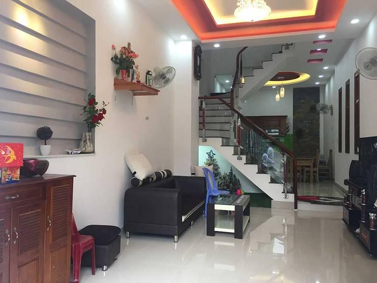 Phòng khách rộng rãi được thiết kế hiện đại:  Phòng khách by Công ty TNHH Thiết Kế Xây Dựng Song Phát