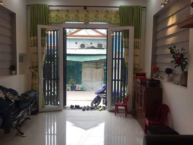 Khu vực để xe và sân trước thoáng đãng:  Phòng khách by Công ty TNHH Thiết Kế Xây Dựng Song Phát
