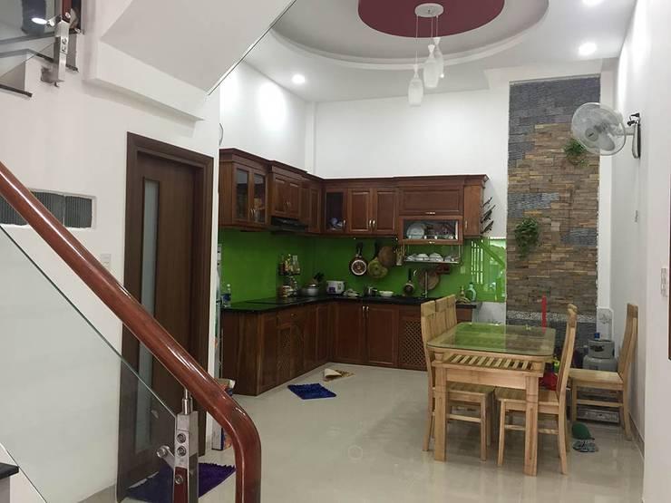 Phòng ăn bố trí cửa sau giúp không gian thông thoáng:  Phòng ăn by Công ty TNHH Thiết Kế Xây Dựng Song Phát