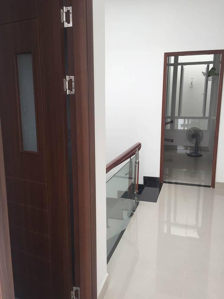 Hàng lang tầng hai rộng rãi tạo sự kết nối:  Hành lang by Công ty TNHH Thiết Kế Xây Dựng Song Phát