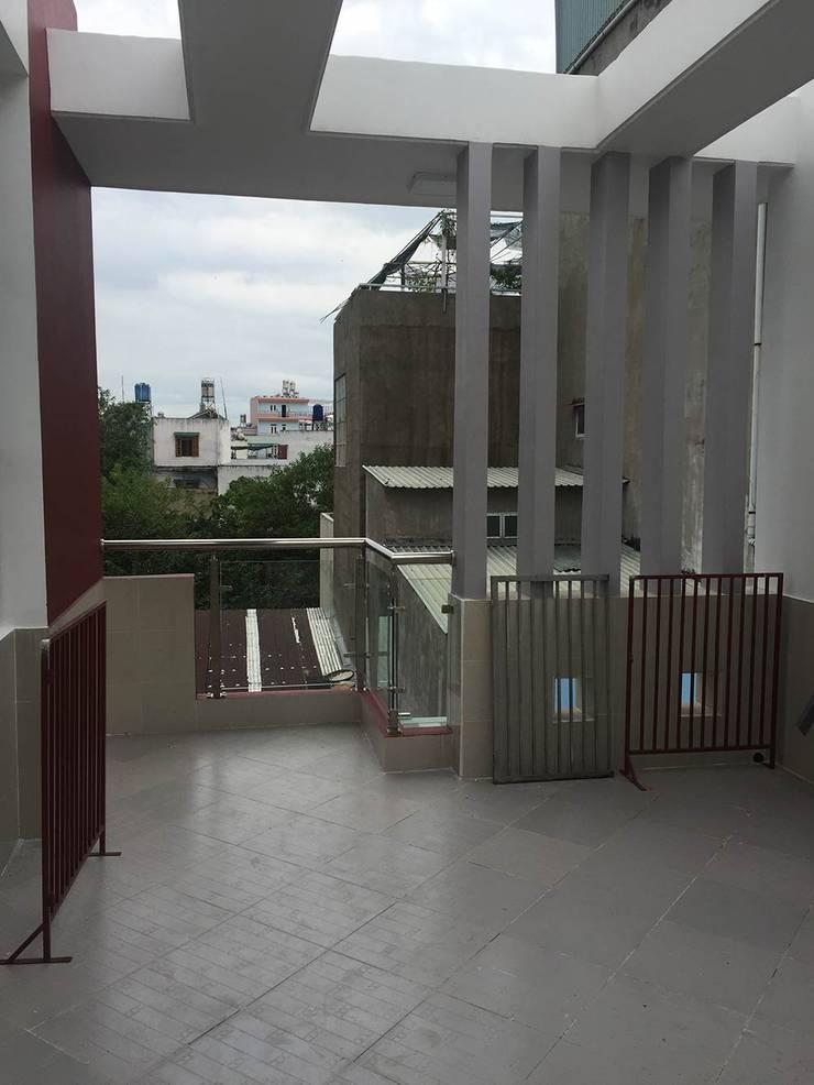 Sân thượng có thể làm nơi thư giãn hoặc trồng cây xanh:  Hiên, sân thượng by Công ty TNHH Thiết Kế Xây Dựng Song Phát