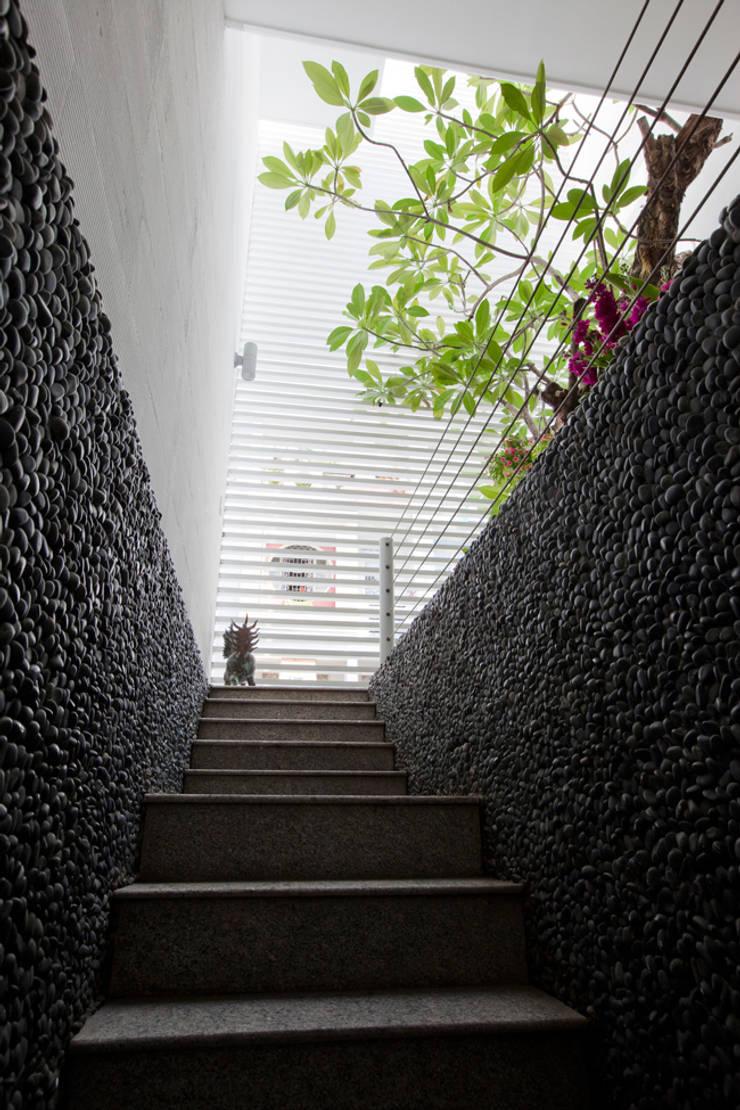 """Khám Phá Không Gian """"Chất Lừ"""" Bên Trong Căn Nhà 4x20m Ở Bến Nghé:  Cầu thang by Công ty TNHH Xây Dựng TM – DV Song Phát"""