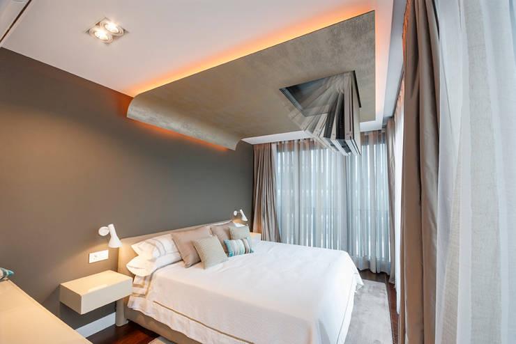 dormitorio principal moderno : Dormitorios de estilo moderno de Muka Design Lab