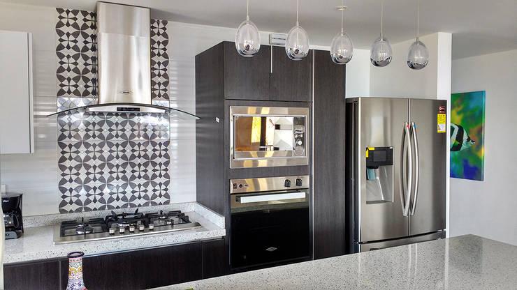 Torre de hornos área de cocción: Cocinas de estilo  por Remodelar Proyectos Integrales, Moderno Aglomerado