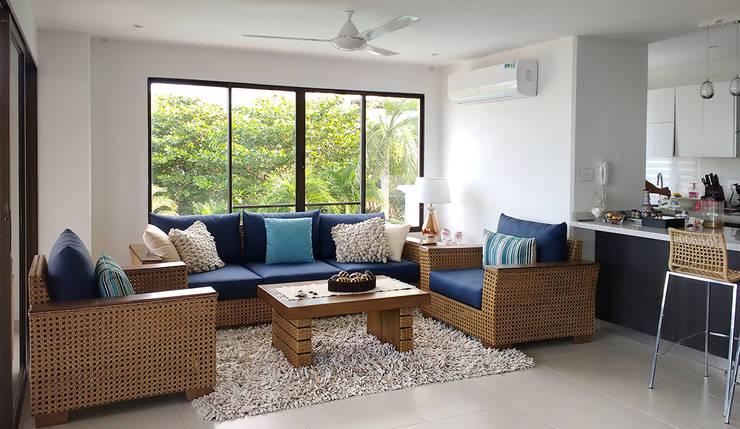 Vista del salón principal: Salas de estilo  por Remodelar Proyectos Integrales, Tropical Madera Acabado en madera
