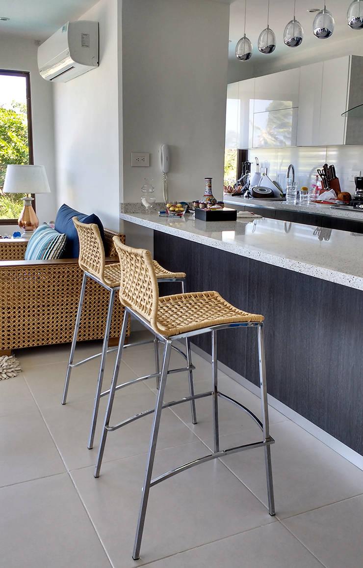 Barra americana hacia el salón: Cocinas de estilo  por Remodelar Proyectos Integrales, Moderno Aglomerado