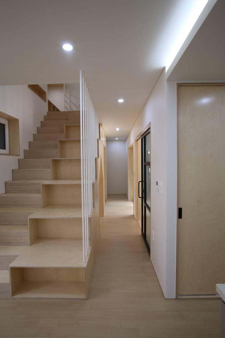 계단 및 복도: 위드하임의  계단,모던