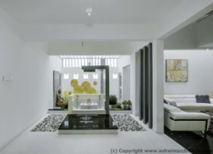 Striking House Interior Designs: 40×60, 4BHK:  Living room by aaaa